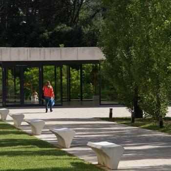 Espai de descans proper a la Universitat de Girona, centre al que l'ERAM està adscrit