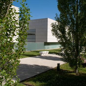 Zona de hierba y descanso de la Universidad de Gerona, centro al que la ERAM está adscrito