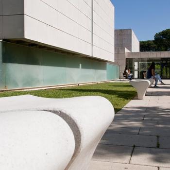 Area de entrada y descanso de la Universidad de Gerona, donde los alumnos pueden descansar