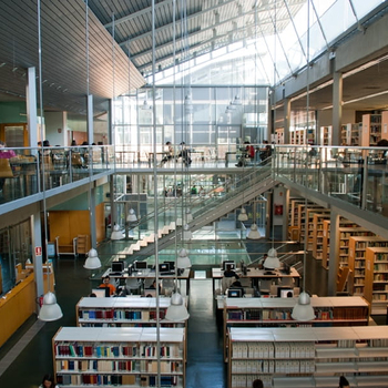 Biblioteca unida a la UdG, disponible para los alumnos y con gran cantidad de recursos